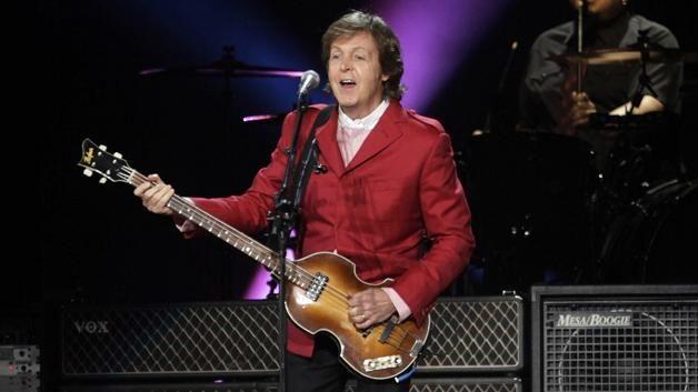 Paul McCartney el es un excelente musico y entre los instrumentos que toca esta el bajo