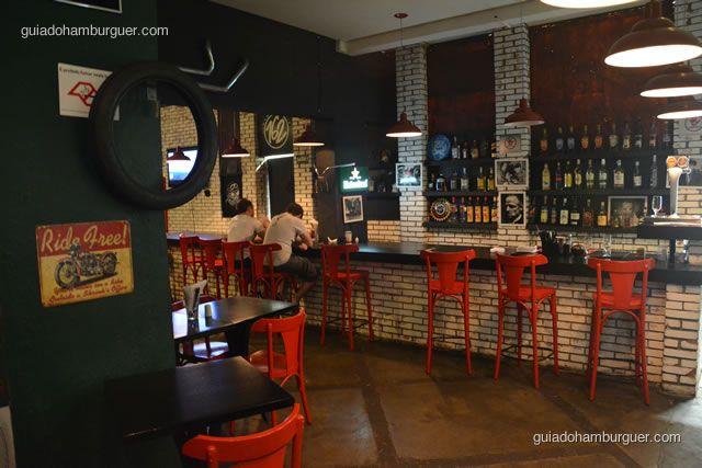 Balcão do bar e bancos vermelhos - Hamburgueria 162 Station