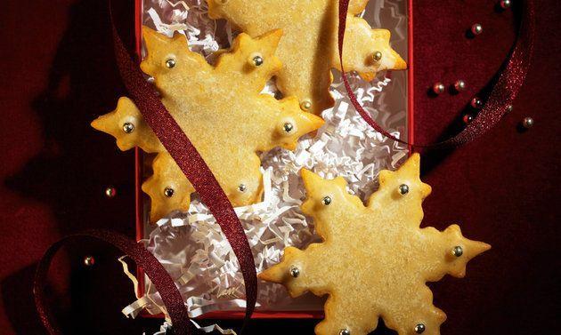 Weihnachtssterne-Guetzli: Butter rühren, bis sich Spitzchen bilden. Zucker, Salz und Eier dazugeben, rühren, bis die Masse hell ist. Honig darunterrühren ...