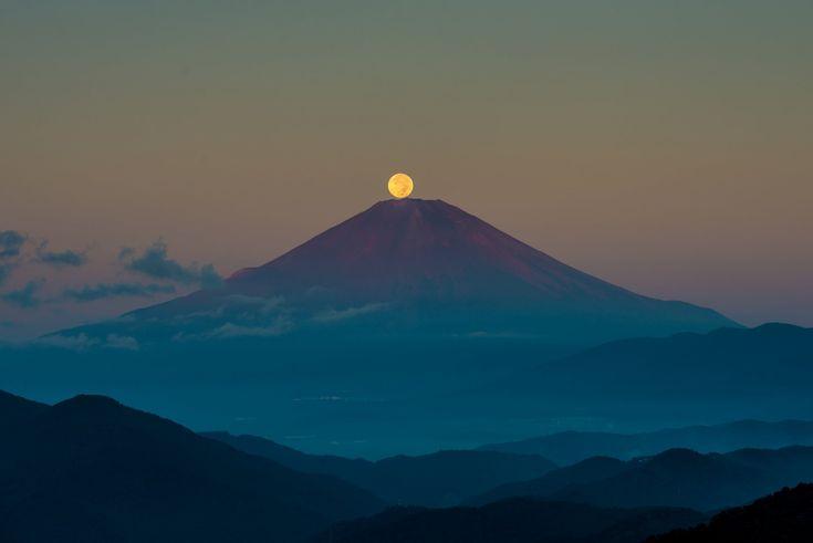Япония остров Хонсю стратовулкан гора Фудзияма 富士山 ночь небо луна осень Сентябрь