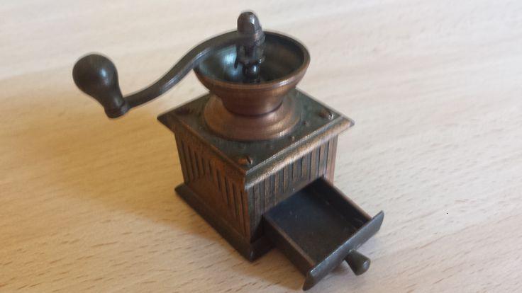 Sacapuntas Molinillo de café antiguo, Juguetes Martí, antique pencil sharpener. Numero 1002. Cómpralo en Ebay: http://www.ebay.es/itm/sacapuntas-molinillo-de-cafe-Juguetes-Marti-antique-pencil-sharpener-/122058810401?hash=item1c6b45a421:g:X0AAAOSwNsdXSDVT