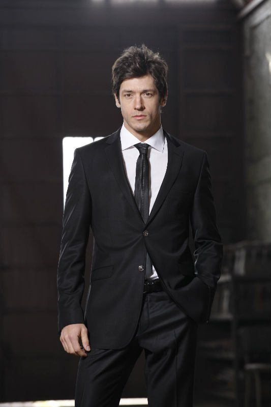 Black modern Italian suit for fashionable grooms,