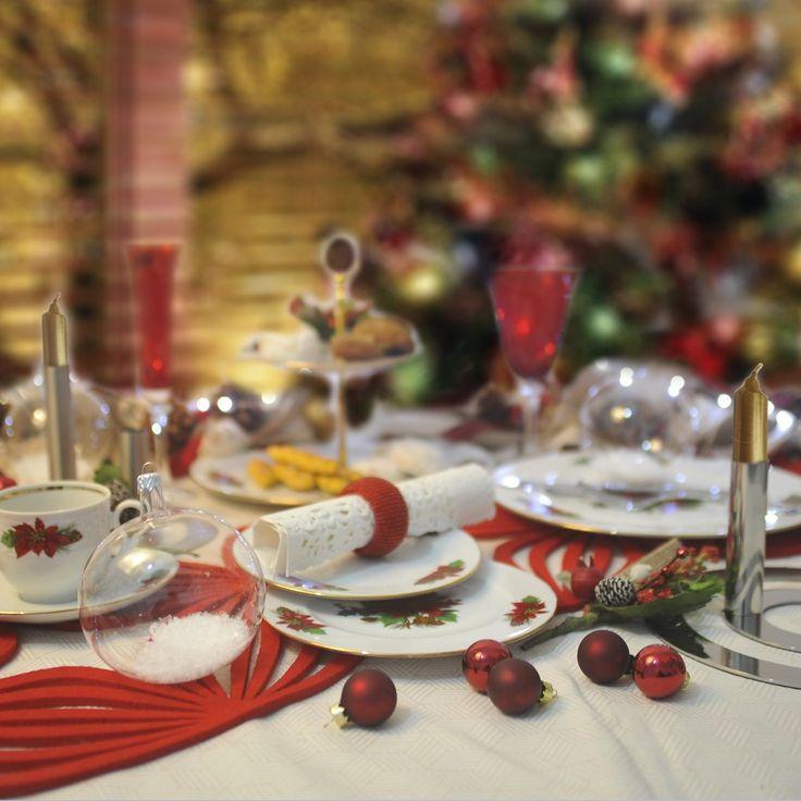 Στρώστε το γιορτινό τραπέζι με αυτό το όμορφο πιάτο από φίνα ευρωπαϊκή πορσελάνη το Αλεξανδρινό. Το σετ αποτελείται από: 6 πιάτα ρηχά, 6 βαθιά, 6 φρούτου, 1 πιατέλα, 1 σαλατιέρα και 6 φλιτζάνια με τα πιατάκια τους για τσάι ή καφέ.