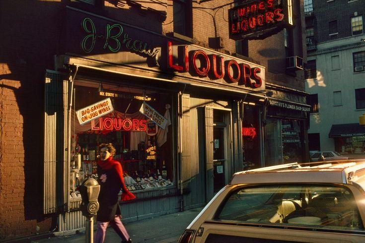 """Als ich das schöne Büchlein mit Fotos von Harry Gruyaert auspacke und sein Cover länger betrachte, kommt mir kurz Rene Magrittes Bild in den Sinn, auf dem eine Pfeife abgebildet ist. Darunter die Behauptung: """"Ceci n'est pas une pipe"""". Ein Paradoxon, das den Betrachter zur Reflexion über den Unterschied eines Objekts und dessen Abbildung, mag …"""