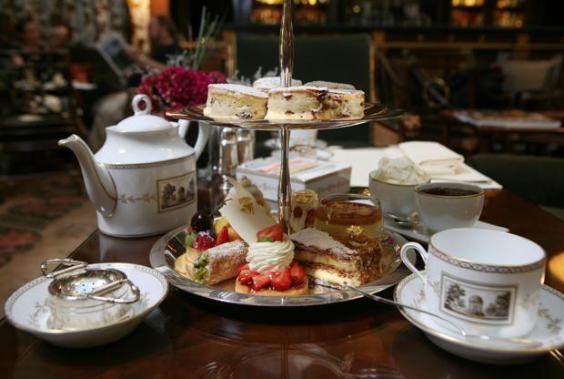 """L'estasi? """"Una tazza di tè e un dolce di zucchero in bocca"""". Parola di Alexandr Puškin, il grande, inquieto scrittore russo, devoto a questa piccola gioia quotidiana che, come rito social, è oggi di gran moda. A Londra, dove il tè pomeridiano è un'istituzione seconda solo alla monarchia, le sale più blasonate sono off limits senza prenotazione. Le ragioni del successo? Il piacere, squisitamente slow, di un momento di raffinata, rilassata intimità tra confidenze a fior di labbra e ..."""