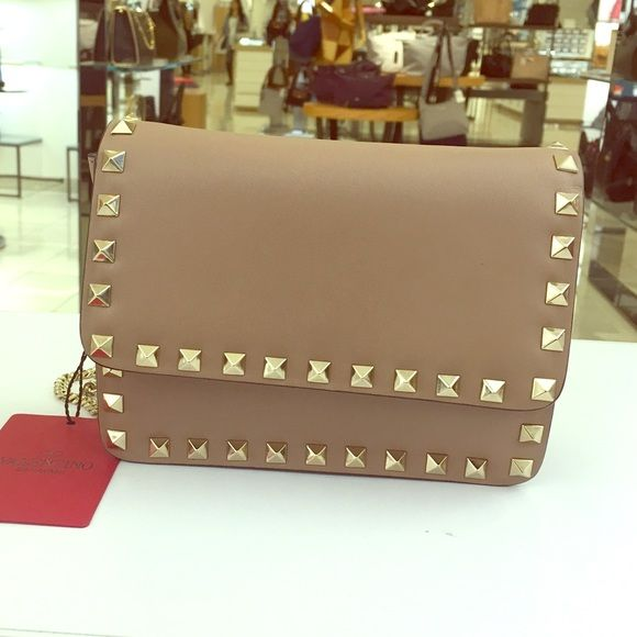 Valentino rockstud tan crossbody bag! Brand new Valentino crossbody bag with a chain strap. Valentino Bags Crossbody Bags