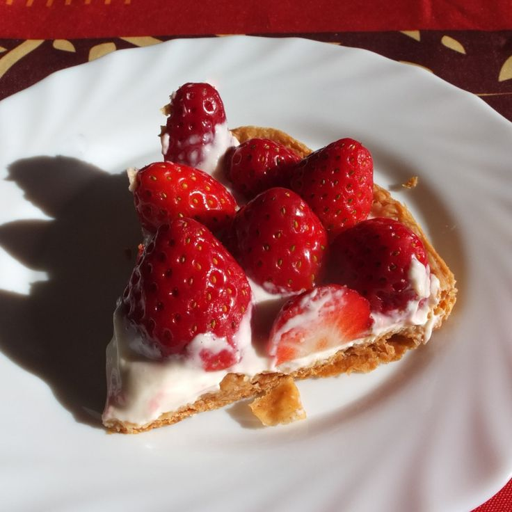 Healthier fresh fruit and quark spelt puff pastry tart - with strawberries at liliscakes.com #healthier #strawberrytart #spelt #puffpastry #quark #recipe
