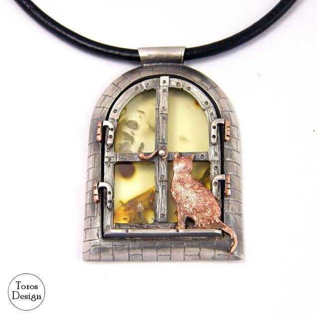 """""""Okno na świat"""" Srebrny wisior z bursztynem i miedzią. """"View of the World"""" Silver pendant with silver and copper."""