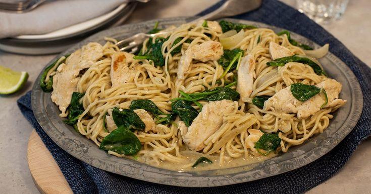 Kyckling- och nudelwok med grön curry och kokosmjölk | Recept från Santa Maria