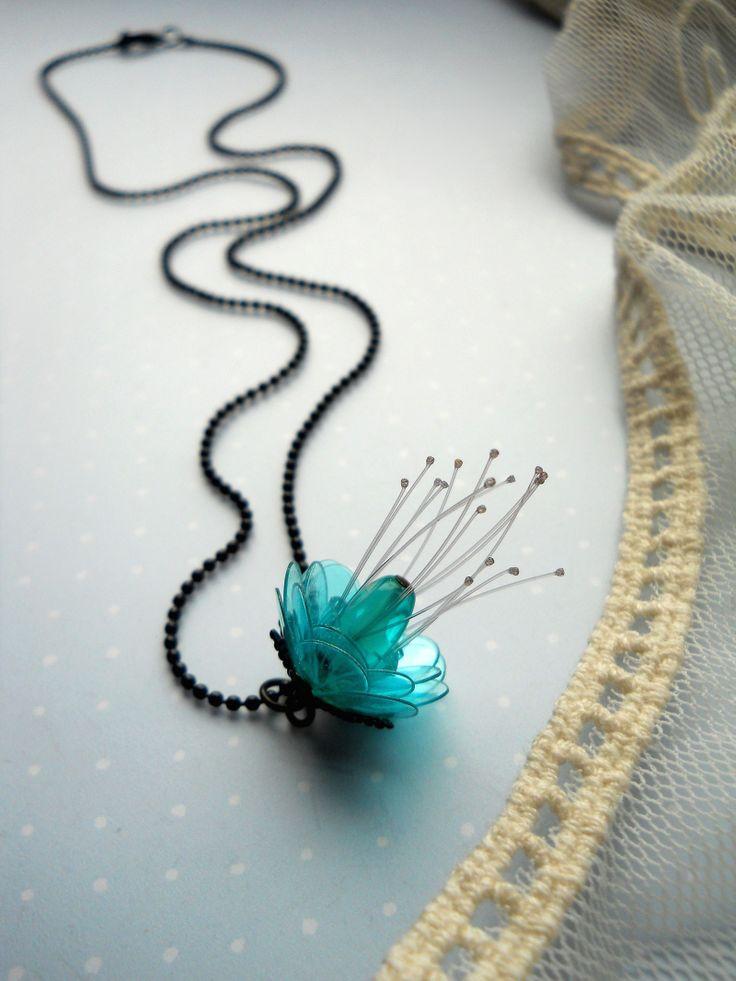 ...azorkový medailon Módní černý kuličkový řetízek s karabinkou zdobí poupě z plastických hmot, doplněné kaplíkem,skleněnými korálky a jemnými nylonovými tyčinkami. Délka řetízku 50cm. K náhrdelníku do sady vyrobenyNÁUŠNICE.