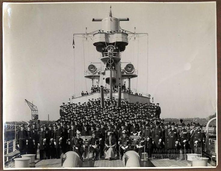 Foto met Koningin Wilhelmina bij de ingebruikstelling van Hr.Ms. De Ruyter in 1936, mijn vader staat ook op deze foto.
