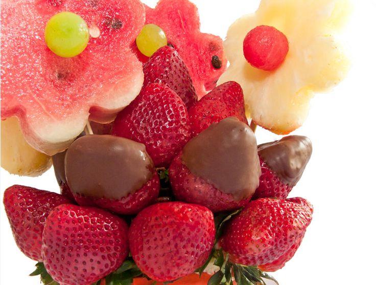 En Frutarte tenemos varios tipos de ramos frutales. Te invitamos a conocerlos en nuestra página web: www.frutarte.com.co
