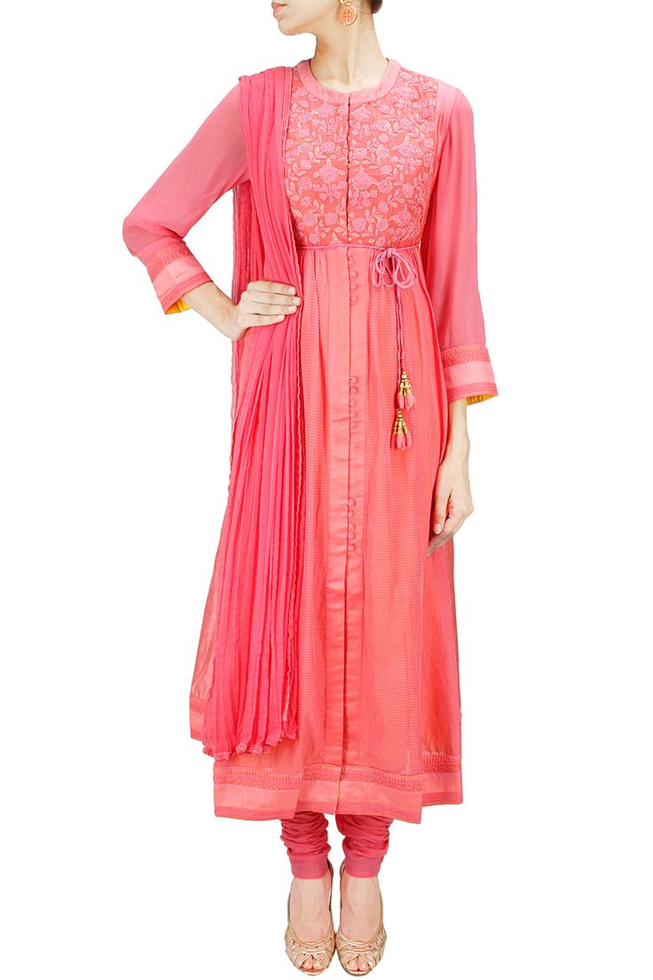 Coral pink panelled floral embroidered kurta set BY SHYAM NARAYAN PRASAD.