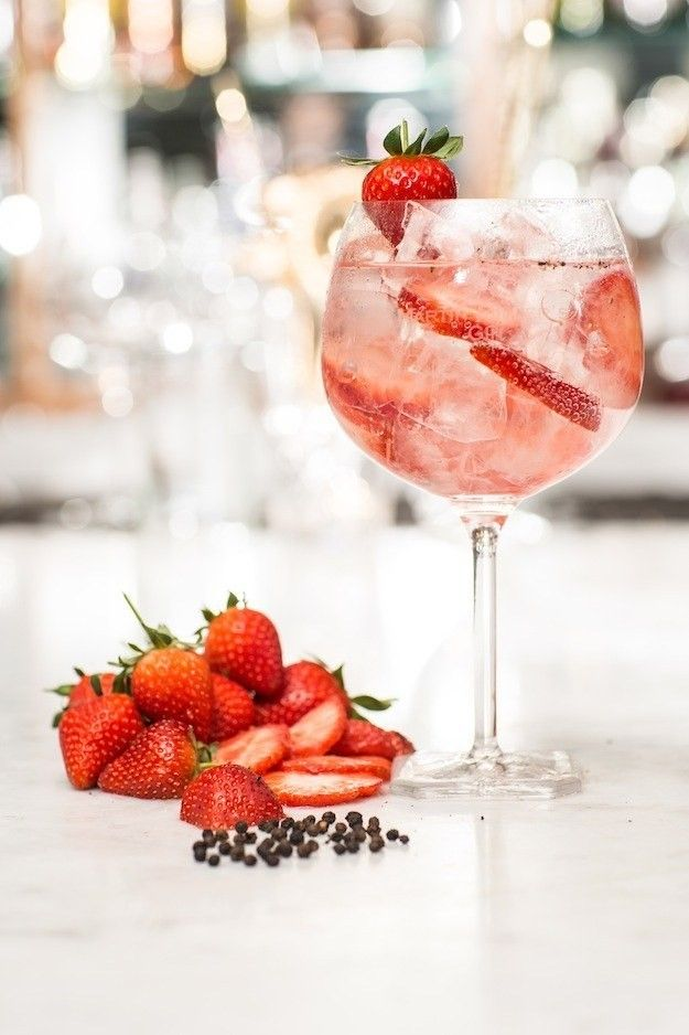 o melhor remédio contra o cansaço: gin tónico com morango e grãos de pimenta preta - casal mistério
