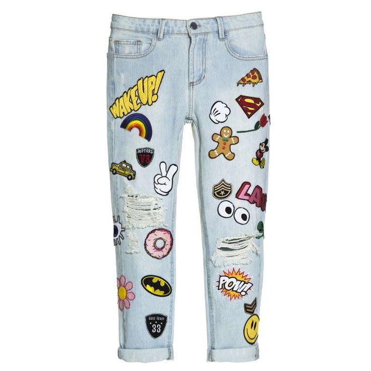 Calça Jeans com aplicações de patches sortidos, as peças nem sempre serão iguais umas as outras. 100% Algodão