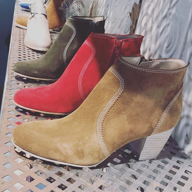 NOUVELLE COLLECTION !! L'ÉTÉ 2017 bientôt en ligne mais déjà en boutique, n'hésitez plus les filles allez y !  #nouvellecollection#newcollection#pe2017#été#summer#love#shoes#shoeslover#derby#colorful#magasin#deco#style#mode#look#whishlist#instagood#stylish#beautiful#shopping#fashiongram#fashion#followme#like4like#instafollow  www.muratti-paris.com