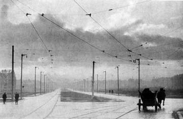 Grunwald- niemcy wyburzyli  budynki. Budujac w trakcie obrony fetung breslaul lotnisko, w pasie miedzy mostem grunwaldzkim i szczytnickim. Dlatego m.in. nie ma tam zadnych budynkow powstalych przed 45 rokiem i okolica wygladala jak bestonowy pas startowy.