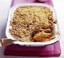 Benodigdheden  450 gram appelen in partjes gesneden, 50 gram bruine suiker, 1 theelepel kaneel, 200 gram ongezouten boter, 150 gram gewone suiker, 300 gram gezeefde bloem.    Verwarm de oven voor op 180 graden.    Meng de bloem met de gewone suiker in een grote kom. Werk de boter erdoor tot je kruimelachtige stukjes hebt.    Vet een ovenschotel in met boter.   Bak 40-45 minuten in de oven of tot het deeg een bruin tintje krijgt.