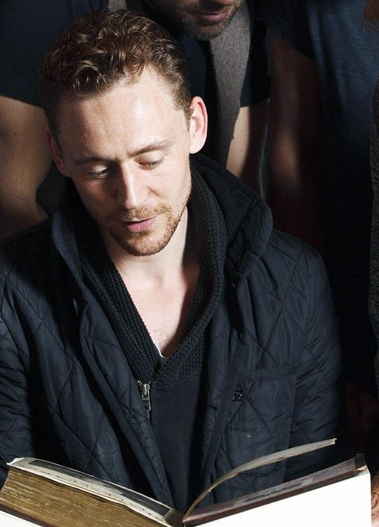 The crew of Donmar's Coriolanus is shown the City of London's copy of the extremely rare First Folio of Shakespeare's plays, Guildhall, London, UK. (Via Torrilla: https://m.weibo.cn/status/4125885819370582#&gid=1&pid=4 ) Larger: https://wx3.sinaimg.cn/large/6e14d388gy1fh84dyy3o0j22dc1kwnpd.jpg