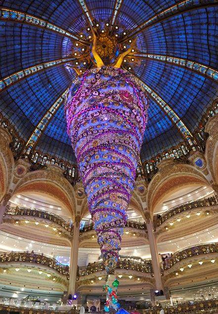 L'albero di Natale alle Galeries #Lafayette di #Parigi  http://blog-it.hotelsclick.com/2014/11/alberi-di-natale-origini-e-tradizioni.html