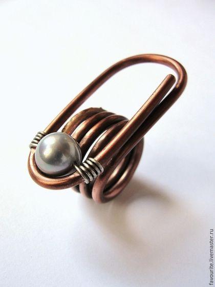 Купить или заказать Кольцо из меди 'Vast universe' - Необъятная вселенная в интернет-магазине на Ярмарке Мастеров. Эксклюзивное, авторское кольцо-скрепка, созданное для современной, деловой женщины в стиле минимализма. Кольцо выполнено вручную из меди и нейзильбера и украшено бусиной серебристо-серого жемчуга Shell Pearl (имитация из ракушек тридакн). Благодаря лаконичности декоративных решений, это украшение можно сочетать с самыми разными образами, в каждом из которых они будут уместны.