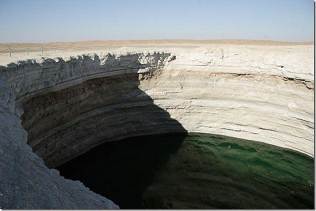 Песчаный провал в Каракумах диаметром 60м, глубиной 20м с горящим газом.