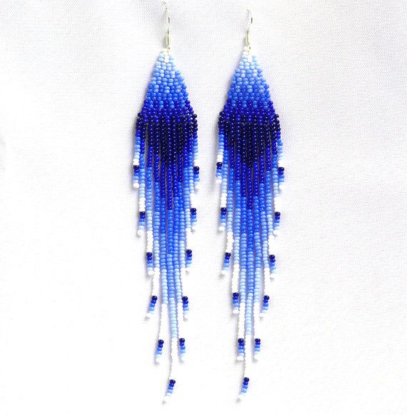 Native American boucles d'oreilles inspirées. Boucles d'oreilles bleus et blancs. Balancer de longues boucles d'oreilles. Broderie perlée.