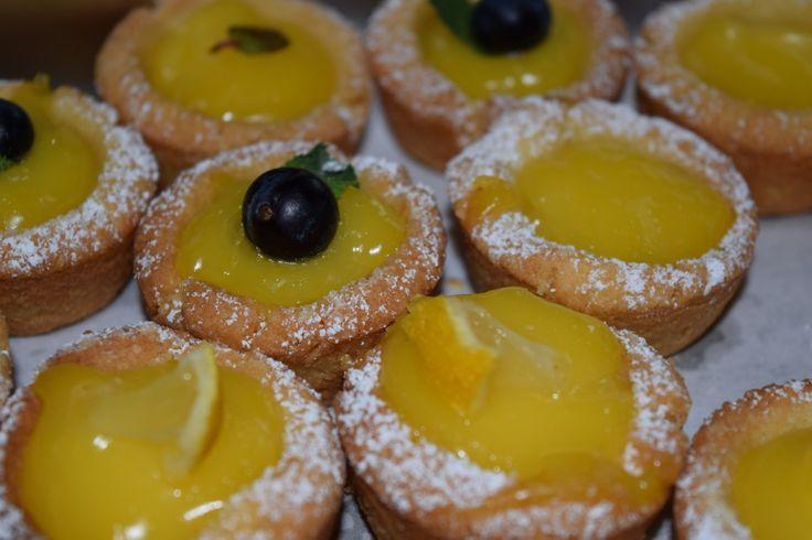 Tartes aux Citrons im Miniformat! Diese knusprigen Törtchen sind mein Beitrag zum Knuspersommer 2016. http://herdanziehungskraft.lefering-online.de/?p=530