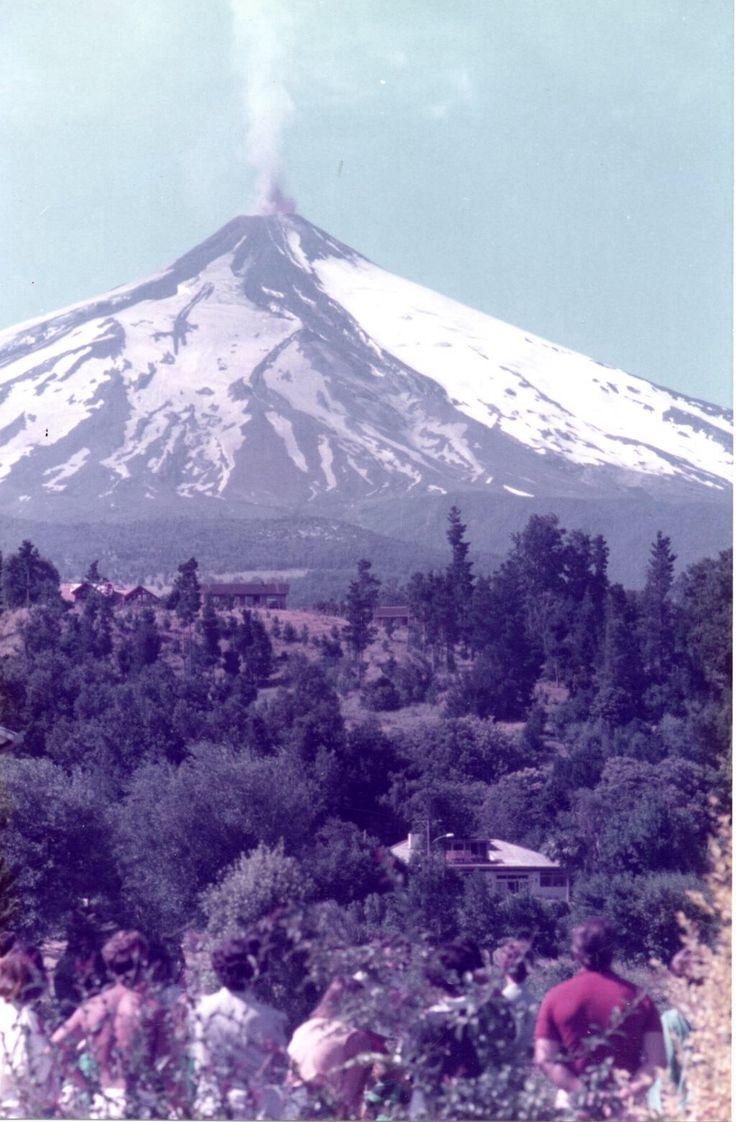Erupción del volcán Villarrica verano 1985. Vista desde la Poza en Pucón.