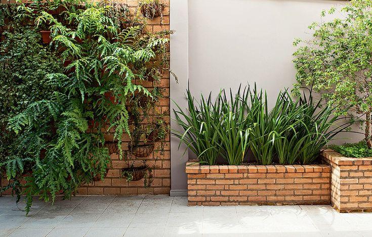 Os tijolos à vista podem estar também em canteiros na área externa, como no projeto da paisagista Greice Peralta. Ela criou uma sequência de jardineiras de alvenaria com diferentes alturas e profundidades com o revestimento