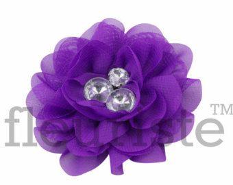 Il sagit dune belle rosette en matière de toile de jute.  Les fleurs mesurent environ 3 pouces à travers.  Que vous lutilisiez pour décorer votre mariage, faire des bandeaux ou embellir des chapeaux, des écharpes, des vêtements ; Il est sûr de faire tourner les têtes nimporte où que vous irez.  Ces fleurs bricolage nont clips attachés.   Découvrez également notre Blog www.wayofthegluegun.com pour les tutoriels de bandeau.   Merci de magasiner chez Fleuriste Supplies  **** bow kit bricolage…