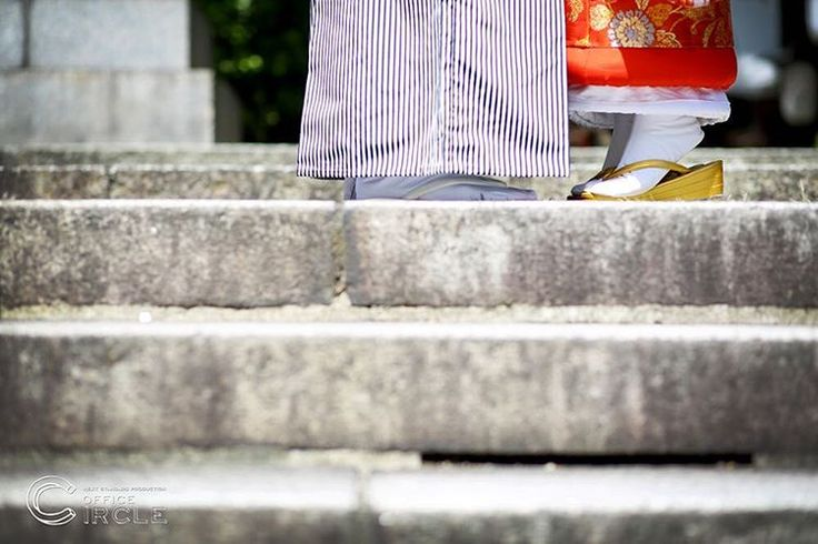「背伸び。足元ショット。」 * * 大阪堀越神社での神前式撮影をさせて頂きました* 神社での厳かな雰囲気、 写真を撮るカメラマンもキリッとします。 緑の多い神社では、和装でのロケーション撮影も素敵にのこせますね* * * #結婚式 #和装前撮り #ロケーションフォト #ウエディングフォト #フォトグラファー #フォトウェディング #wedding #weddingphotography #japan #2016秋婚 #2016冬婚 #2017春婚 #関西花嫁 #大阪花嫁 #神社 #和婚 #プレ花嫁 #officecircle #osaka #kyoto #kimono #絵馬 #結婚式準備 #白無垢 #前撮り #足元 #足元ショット #背伸び