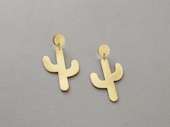 D E S I G N • Ich diese niedlichen, Kaktus am Ohr Ohrringe (gezeichnet, entworfen, geschnitten und genäht zusammen) erstellt haben. Aus hochwertigem Leder geschnitten, diese Ohrringe sind leicht auf die Lappen und lustig machen dazu ein schlichtes Outfit • Jeder Ohrring ist 6cm hoch • Diese Ohrringe sind aus gold, Silber oder Kupfer Leder erhältlich - wählen Sie Ihre bevorzugte Farbe aus dem Drop-Down-Menü  C U S T O M S A T I O N • Ich liebe die Arbeit auf kundenspezifische Aufträge, also…