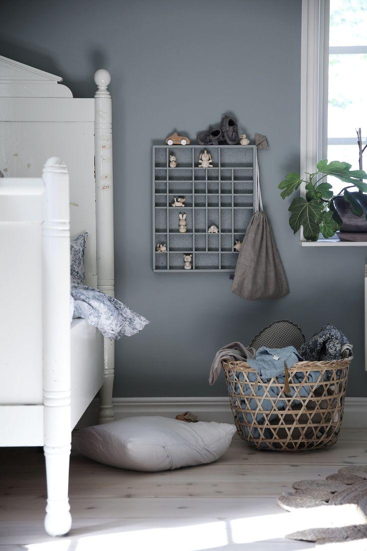 Blå vägg och vit säng i barnrum