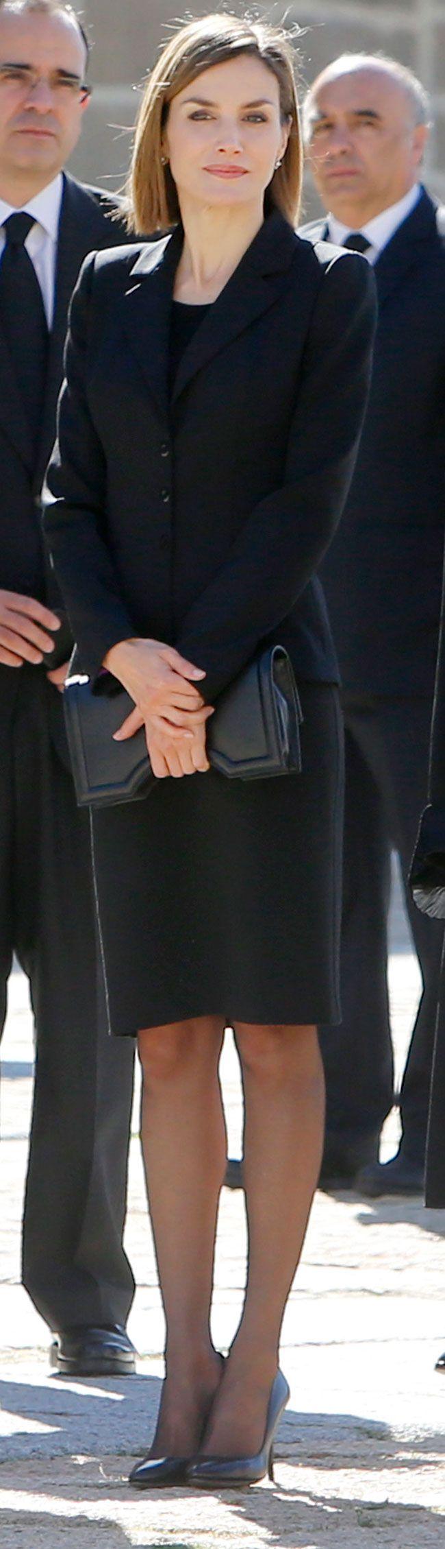 La Reina Letizia ha cumplido con el protocolo de luto riguroso en el funeral del infante Carlos de Borbón en El Escorial.