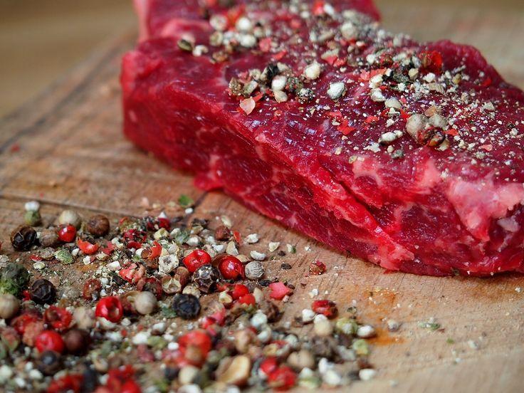 KRÁLOVSKÝ ROŠTĚNEC NA PEPŘI   Tento měsíc jsme zasvětili pepři a tak první recept nemůže být snad nic jiného, než pořádný šťavnatý steak, na kterém pepř potěší nejen chuťové buňky, ale i oko.  https://www.kralovstvichuti.cz/rady-a-recepty/kralovsky-rostenec-na-pepri