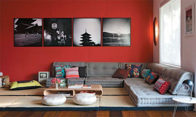 A sala de TV remete à China, no vermelho da parede (Suvinil, ref. R 112*), e... futon company
