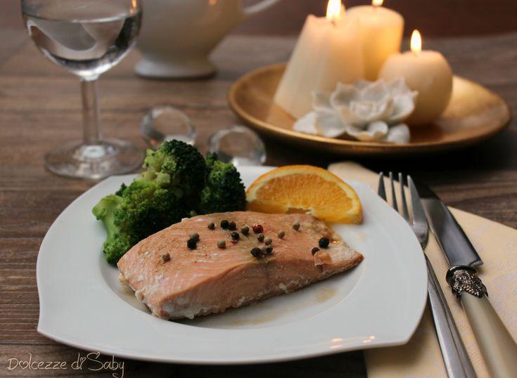 Il salmone speziato all'arancia é un piatto leggero e raffinato, adatto a chi non rinuncia al gusto senza esagerare con le calorie.
