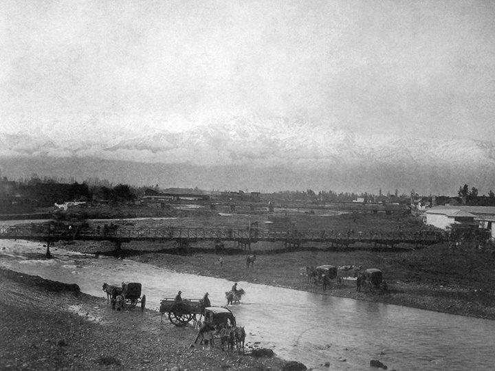 Vista del río Mapocho desde el puente Cal y Canto, sector calle Puente, hacia el oriente de Santiago en 1870.