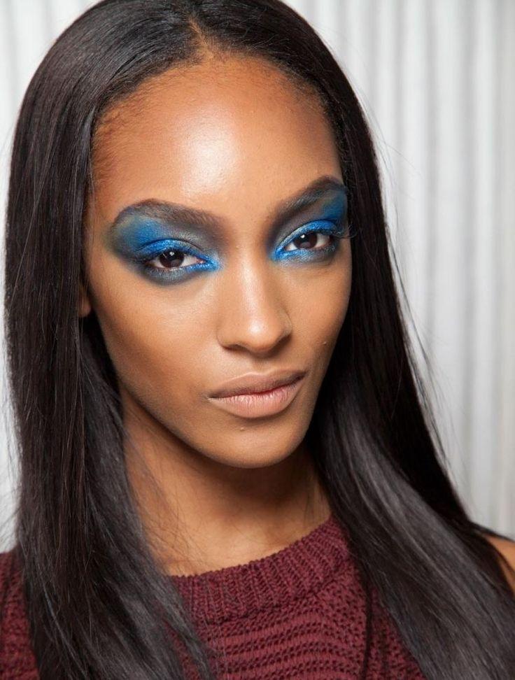 dramatisches Augen-Make-up in blauen Nuancen