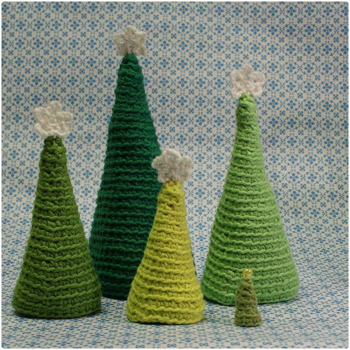 Bag 5. låge gemmer sig en hel skov af hæklede juletræer med stjerner i toppen. Den snu læser har nok allerede opdaget dem i baggrunden på bi...