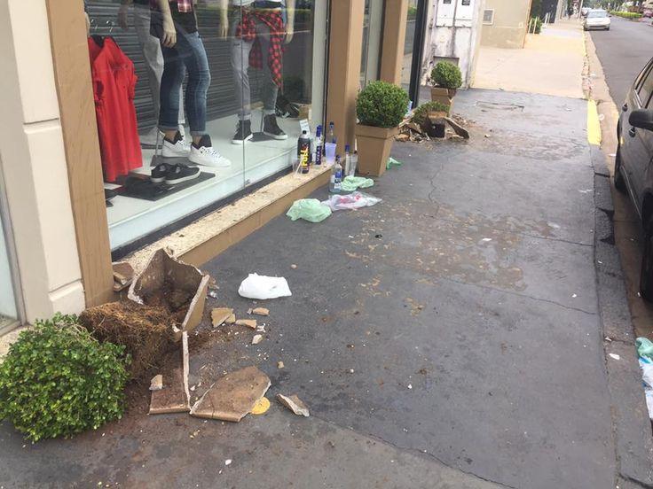 Vândalos quebram vasos de loja na Dom Lúcio e emporcalham avenida; veja vídeo da ação -   Mais uma cena lastimável foi registrada na manhã deste sábado, 25, na Avenida Dom Lúcio, uma das principais vias de Botucatu. Um morador enviou no WhatsApp do Acontece várias fotos do resultado de atos de vandalismo durante a madrugada de sexta para sábado. Os vasos de flor de uma loja foram - http://acontecebotucatu.com.br/cidade/vandalos-quebram-vasos-de-loja-na-dom-lucio-