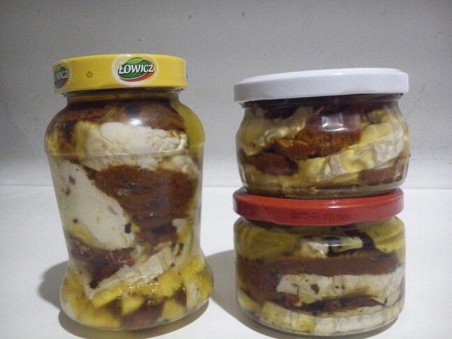Kecskesajtos-szárított paradicsomos finomság olivaolajban rózsaborssal, fokhagymával és más finom fűszerekkel