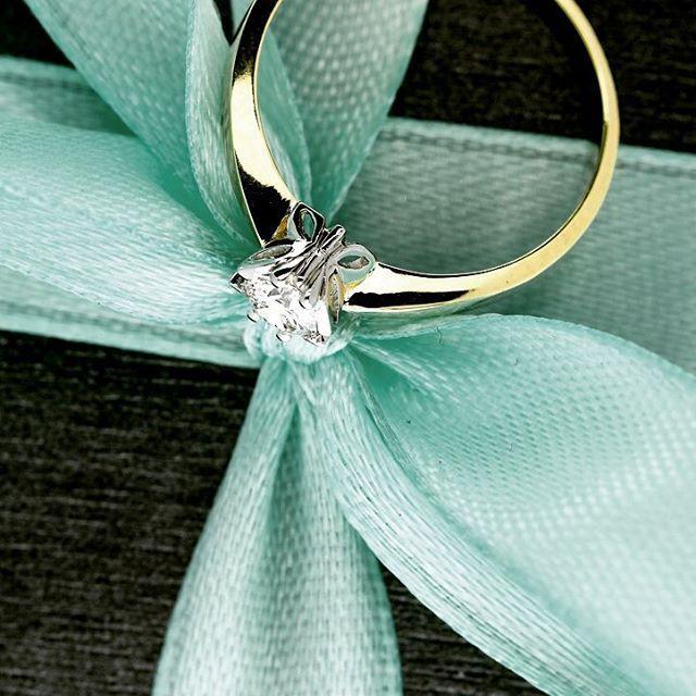 Urzekający delikatnością - pierścionek zaręczynowy z certyfikowanym brylantem o masie 0,25 ct otulonym skrzydełkami motyli. Polecamy!