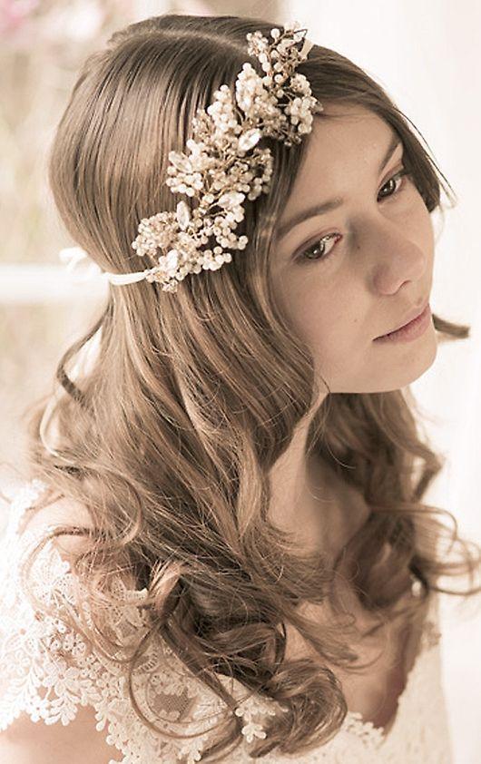 Utsläppt hår med blommigt hårband #wedding #bridal #hair  #brollopstorget