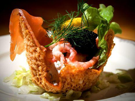Parmesansnäcka med lax, skagenröra och svart kaviar