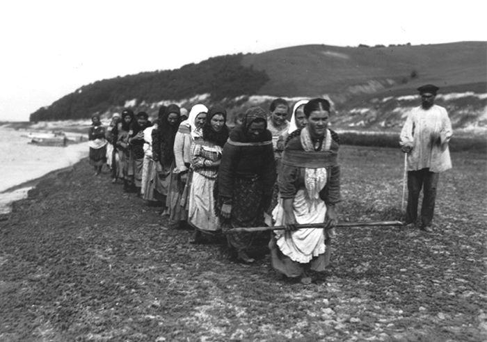 Женщины бурлаки на Волге