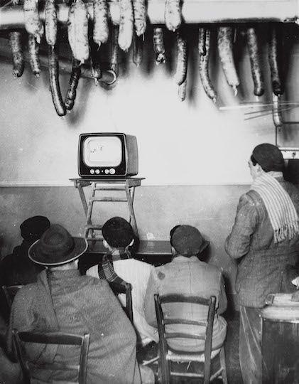 Italy. Davanti alla TV in un casale di campagna, (In front of a TV in a village house) Tuscany, 1954.