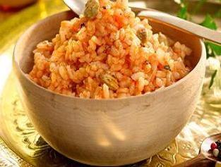 Cómo hacer Arroz egipcio. Primero troceamos el ajo. Luego en una cazuela freímos con un chorrito de aceite la cebolla. Cuando esté dorada añadimos el ajo y lo
