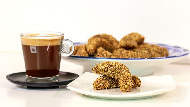 En collaboration avec CookingWithAlia, Nespresso revisite les plus classiques des douceurs marocaines avec une touche de café! Aujourd'hui c'est Les Cornes de Gazelle Saveur Café! Joyeux Eid a tous! - CookingWithAlia & Nespresso Episode 389